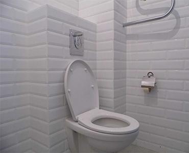 Установка унитаза в ванной комнате  красноярск